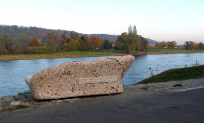 idyllisches Fleckchen: gleich am Neuberin-Denkmal in Laubegast - hier sind Bankgeheimisse gut aufgehoben