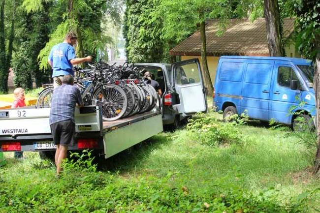 Es geht wieder nach Hause - die Räder werden verladen